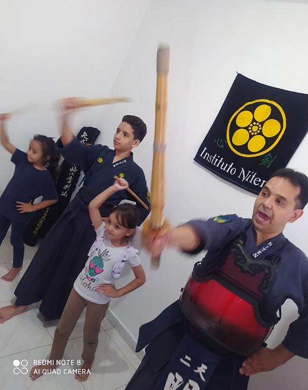 Franco e família treinando na transmissão online do Dojo Santos