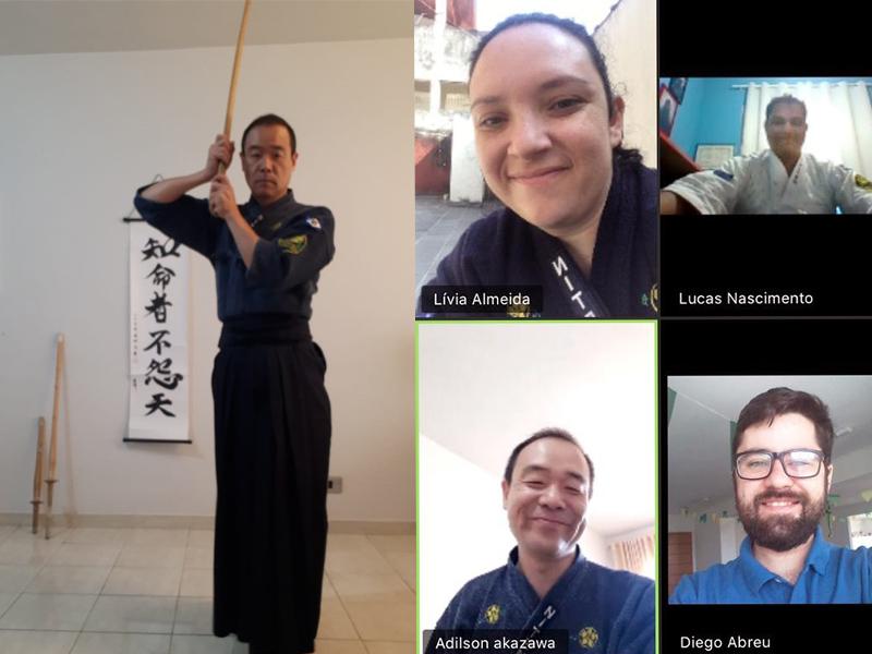 Akasawa demonstrando os exercícios via transmissão online e alunos treinando em casa