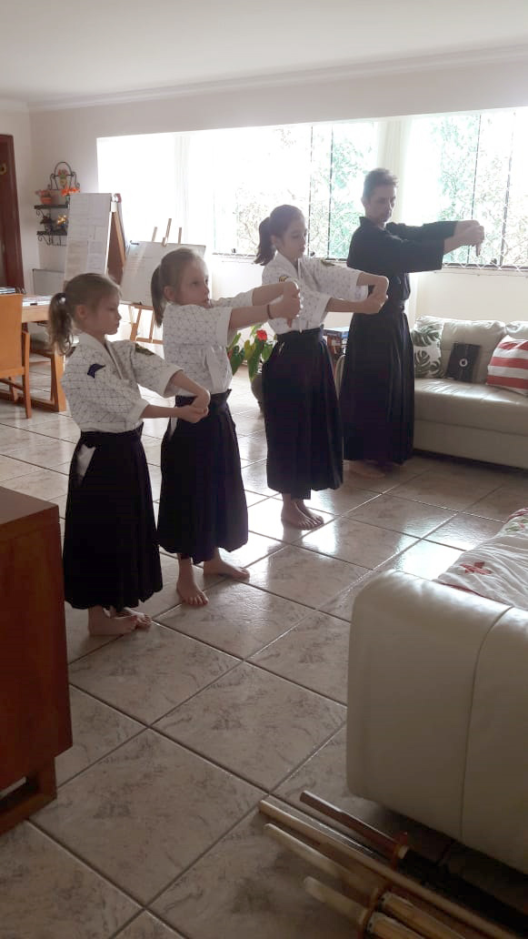Alunos praticando em família os exercícios