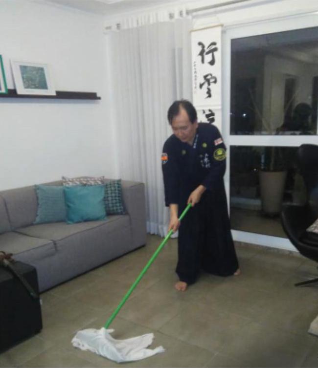 Coordenador Kimura realizando o oosouji antes e depois do treino online